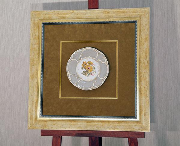 Антикварная тарелка в двойной раме с двойным паспарту и слипом