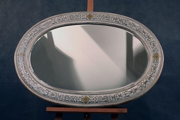 Овальное зеркало в раме из массива дуба с росписью