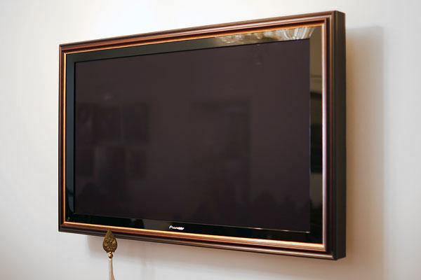 Оформление телевизоров и картин заказчика в багетные рамы