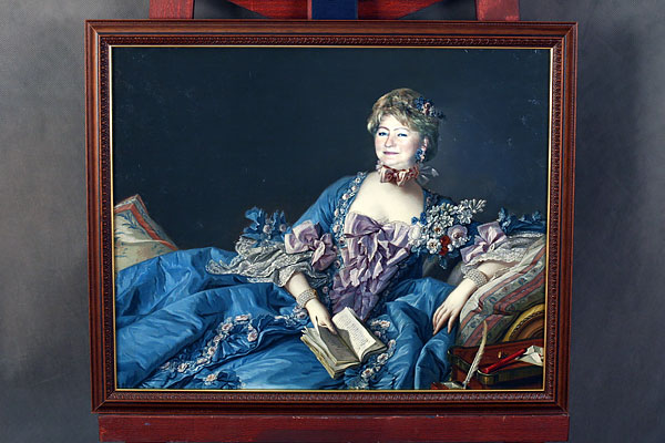Коллаж женщины с книгой в пышном платье
